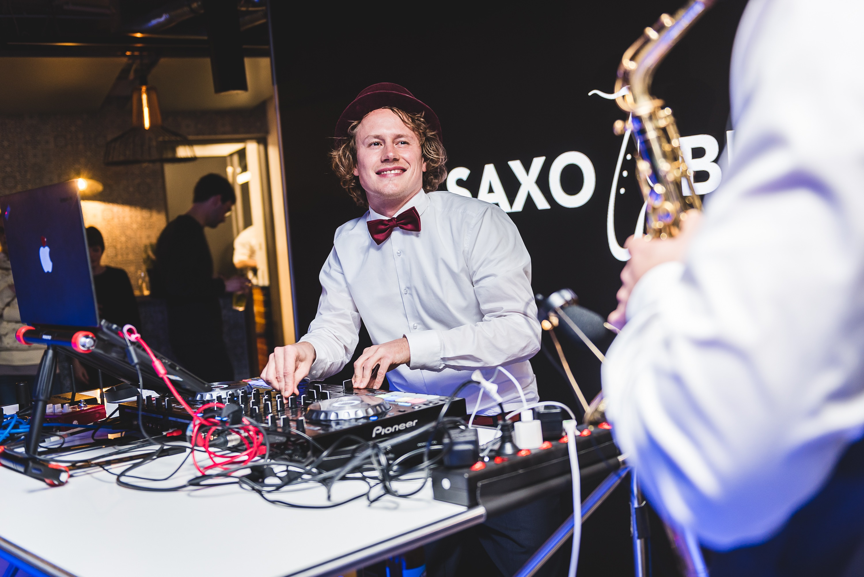 DJ Jörn Gropp und Saxophonist Adrian Planitz auf einem Event