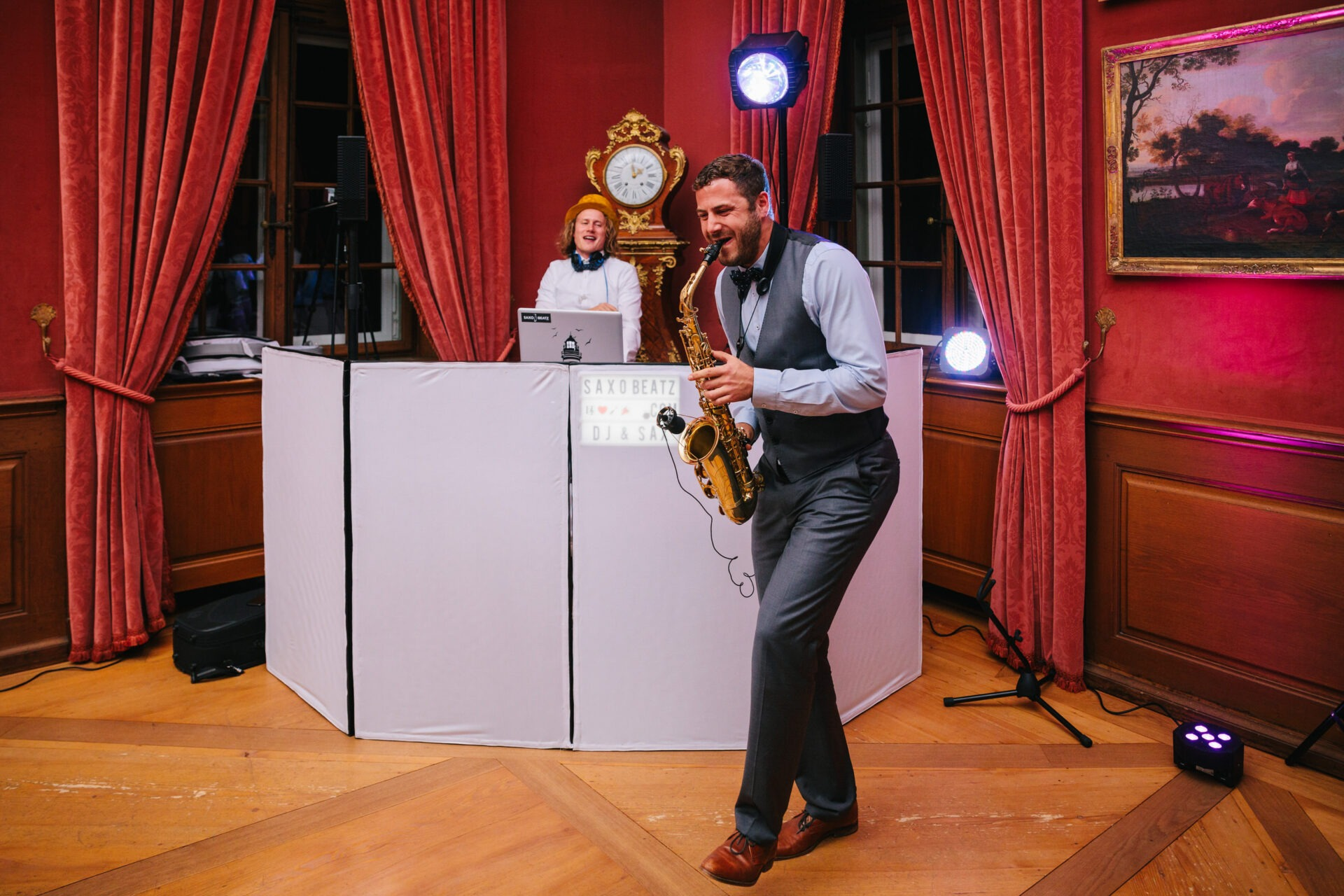 DJ Jörn Gropp und Saxophonist Adrian Planitz auf einer Hochzeit
