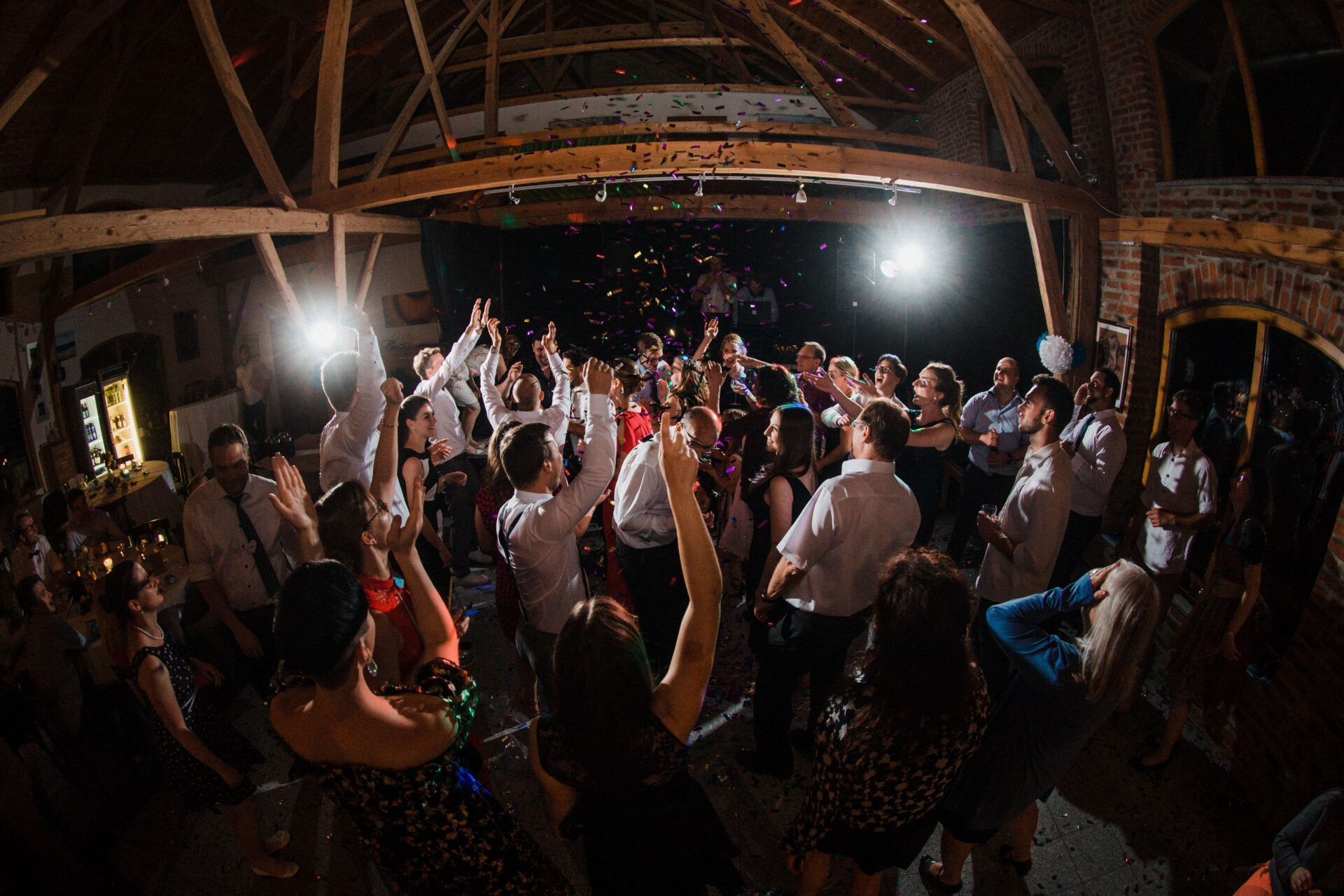 DJ Jörn Gropp und Saxophonist Adrian Planitz auf einer Hochzeitsparty mit Konfetti