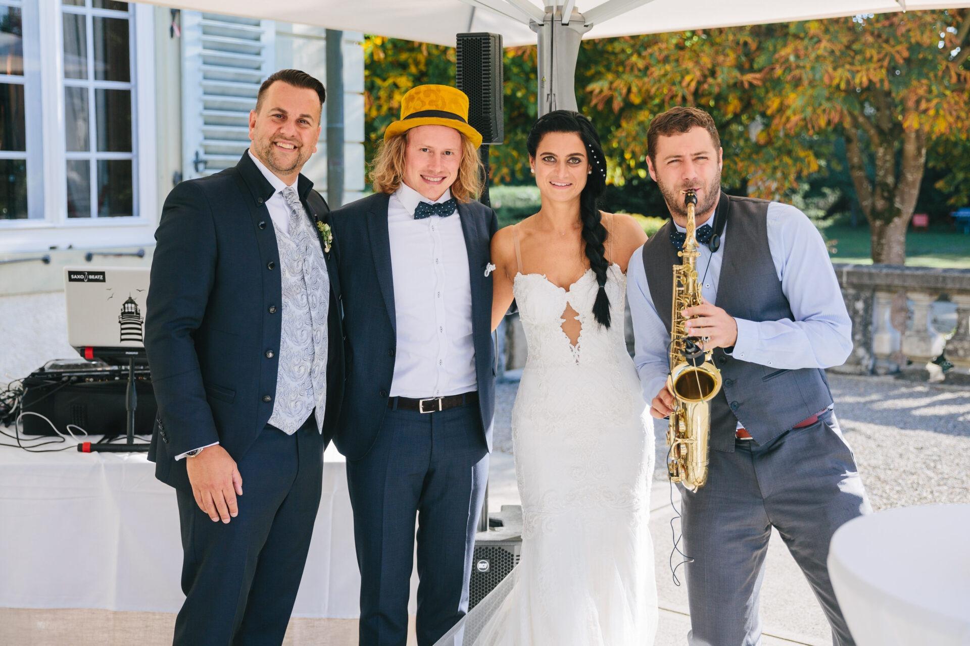DJ Jörn Gropp und Saxophonist Adrian Planitz mit dem Brautpaar auf einer Hochzeit