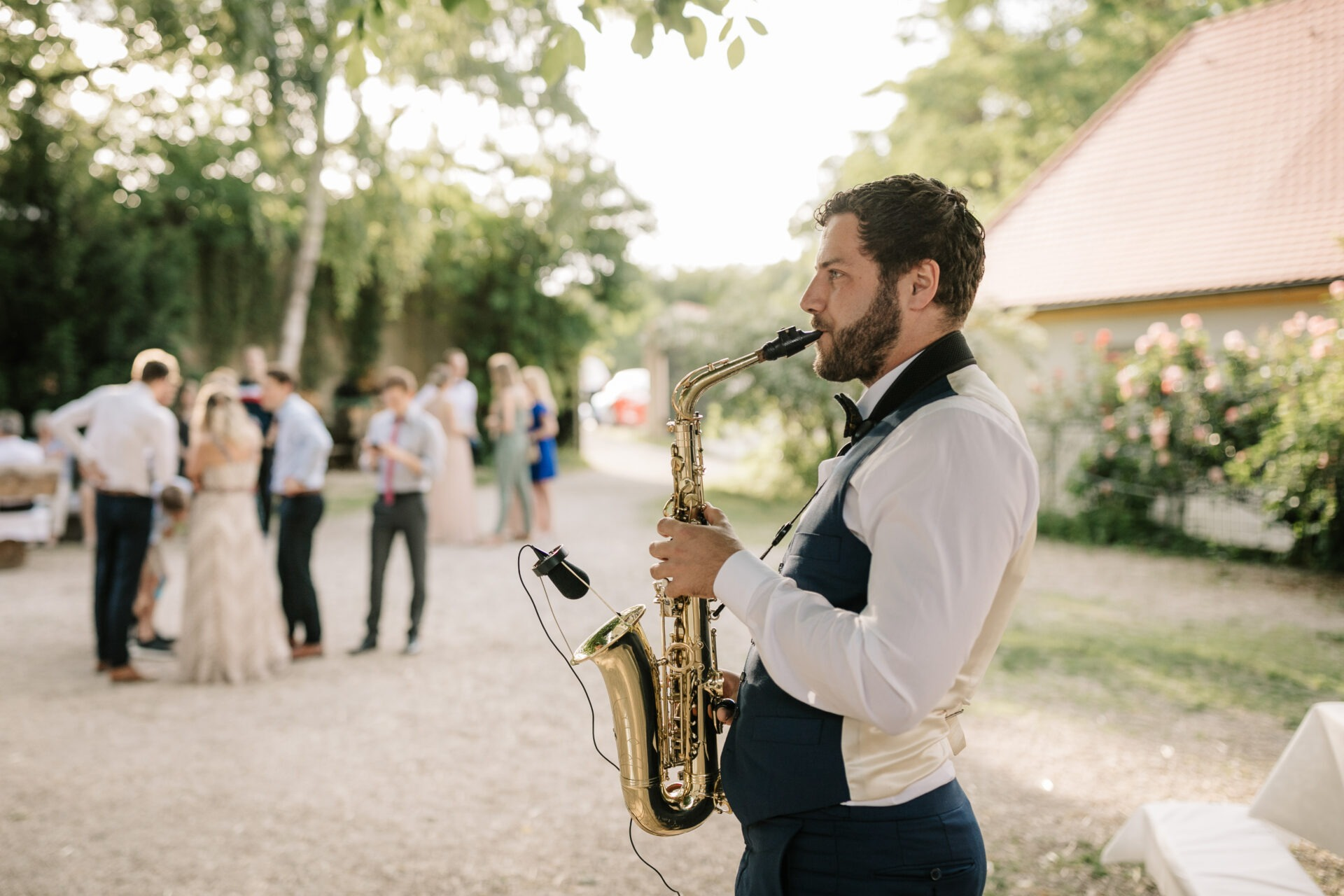 Saxophonist Adrian Planitz auf einer Hochzeit beim Empfang