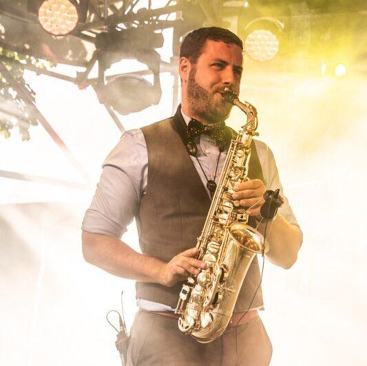 Adrian Planitz am Saxophon spielen