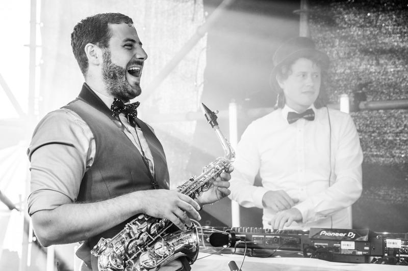 DJ Jörn Gropp und Saxophonist Adrian Planitz auf dem Music Days Festival