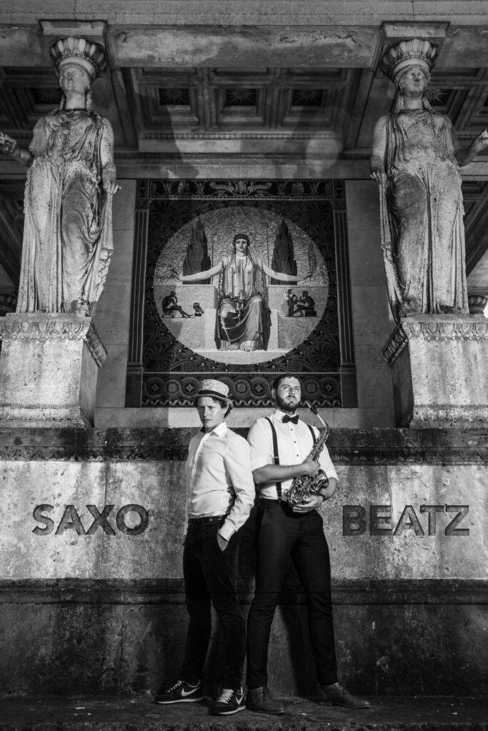 Portrait von Adrian Planitz und Jörn Gropp von SAXOBEATZ am Friedensengel